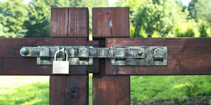 comment choisir un portail en bois pour une cl ture questre. Black Bedroom Furniture Sets. Home Design Ideas